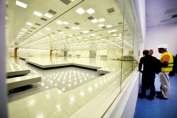 """Primele componente ale Extreme-Light Infrastructure – Nuclear Physics (ELI-NP), au fost scoase din ambalaje, luni 29 August 2016, pentru a fi asamblate pe amplasamentul special construit de la Institutului National pentru Fizica si Inginerie Nucleara """"Horia Hulubei"""", din Magurele, Ilfov. MARIAN ILIE / MEDIAFAX FOTO"""