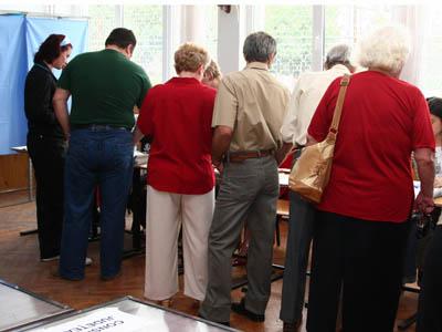 Un grup de alegatori asteapta sa primeascca buletine de vot la sectia numarul 41, la Scoala Generala nr. 1 din Buzau, duminica, 1 iunie 2008. CIPRIAN STERIAN / MEDIAFAX FOTO